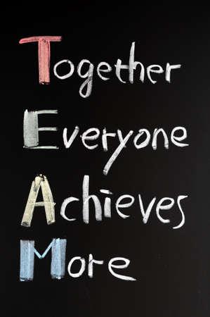 trabajo de equipo: Sigla TEAM (Juntos Todos Logramos M�s), el concepto de trabajo en equipo la motivaci�n de la escritura con tiza en una pizarra Foto de archivo