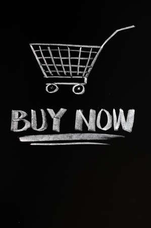 orden de compra: Comprar ahora el concepto dibujado con tiza en una pizarra Foto de archivo