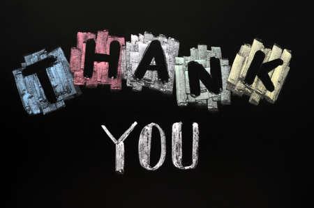 dank u: Dank u - tekst geschreven met kleurrijke krijt op blackboard