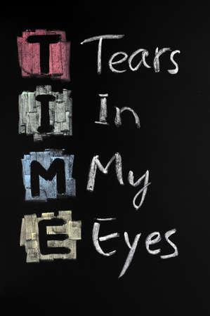 lacrime: TEMPO acronimo scritto con il gesso colorato sulla lavagna