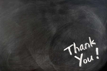 gratitudine: Ringraziamento scritto con il gesso sulla lavagna con copia spazio per il testo in eccesso