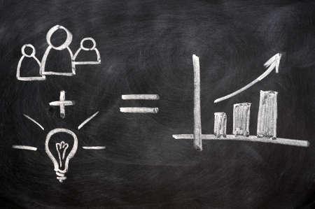 analyse: Teamwork concept �crit � la craie sur tableau noir Banque d'images