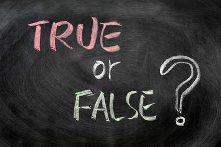 falso: Pregunta ¿Verdadero o falso escrito con tiza en una pizarra