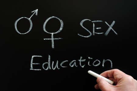 educacion sexual: La educación sexual con los símbolos de género escritas en una pizarra Foto de archivo