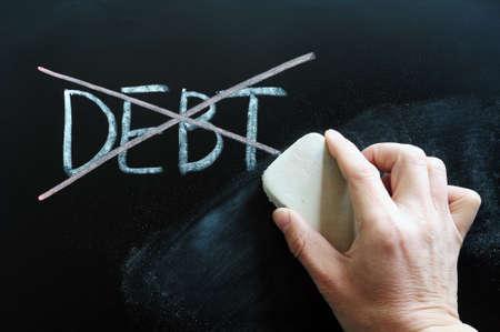 schuld: Schuld wordt doorgestreept en afgeveegd op een schoolbord