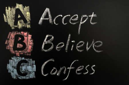 believe: Acrónimo de ABC escrito con tiza en una pizarra de colores