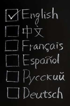 idiomas: Marque las casillas de diferentes idiomas escritos en una pizarra Foto de archivo