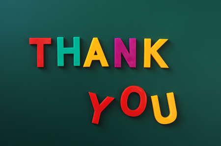 te negro: Gracias hecha de letras de colores en una pizarra