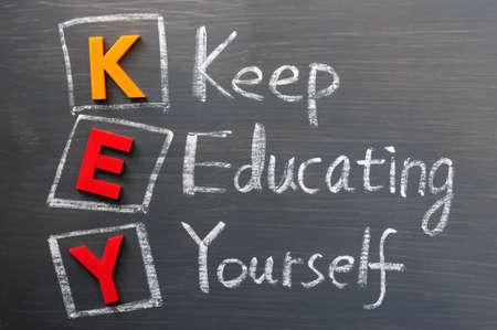 zelf doen: Acroniem van KEY op een schoolbord-Buiten het opleiden van jezelf
