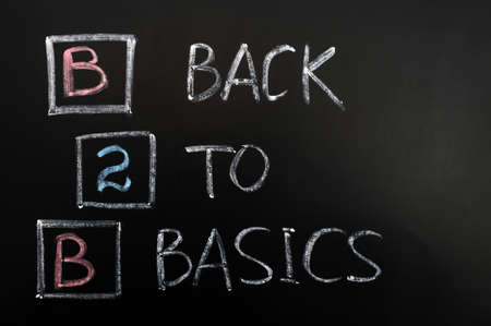 b2b: Acr�nimo de B2B - Volver a lo b�sico por escrito en una pizarra Foto de archivo