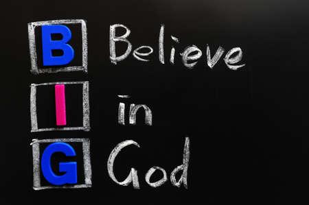 believe: Acrónimo de BIG en una pizarra - Creer en Dios