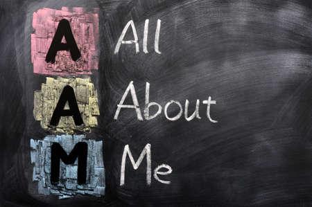 all in: Acr�nimo de la AAM para el All About Me escrito con tiza en una pizarra Foto de archivo