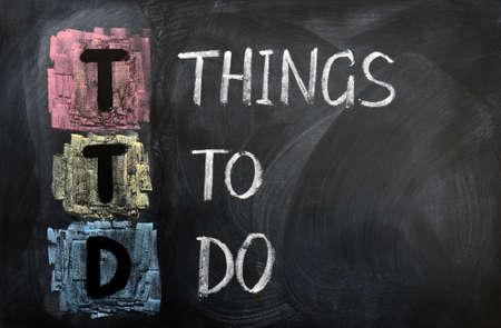 hacer: Acrónimo de la TTD de Cosas que hacer por escrito con tiza en una pizarra