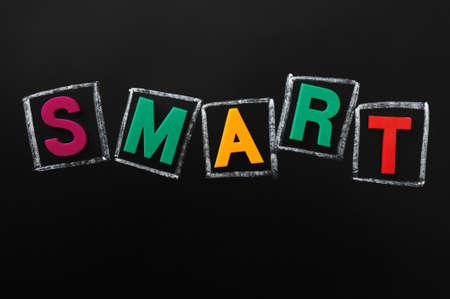 smart: SMART - woord dat van kleur letters op een schoolbord