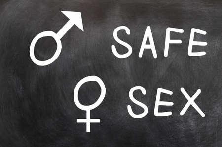sexe: Safe Sex avec les symboles entre les sexes �crites avec la craie sur un tableau noir