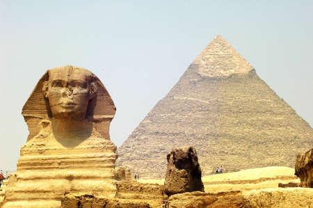 esfinge: Esfinge frente a la Pirámide de Giza en El Cairo, Egipto