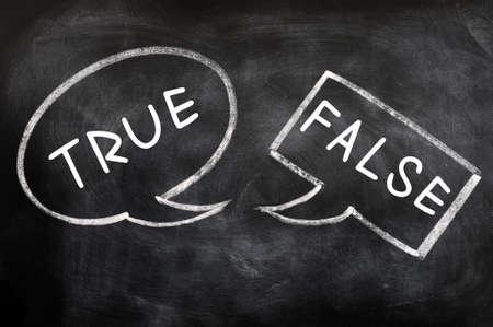 falso: Dos globos de texto dibujado con tiza en una pizarra de Verdadero y Falso Foto de archivo