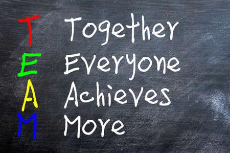 tanulás: TEAM mozaikszó Együtt mindenki eléri Több írt egy elmosódott táblára Stock fotó