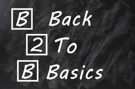 b2b: Acr�nimo de B2B para la vuelta a lo b�sico por escrito en una pizarra manchada