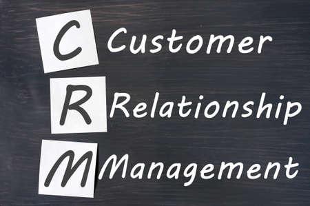 relation clients: Acronyme de CRM - Customer Relationship Management �crite sur un tableau noir Banque d'images