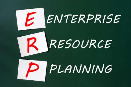 dessin craie: Dessin � la craie de l'acronyme ERP pour Enterprise Resource Planning sur un tableau noir vert