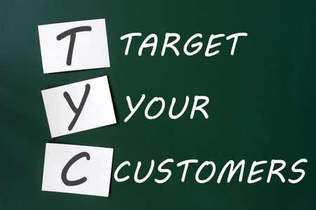 relation clients: �Ciblez vos clients notion �crit � la craie blanche sur un tableau noir
