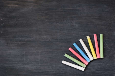 educacion: De fondo blanco manchado con pizarra de tizas de colores para escribir el texto y el dise�o
