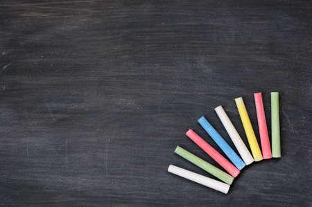 kopie: Prázdný rozmazaný tabule pozadí s barevnými křídy pro psaní textů a designu