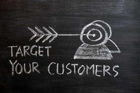 relation clients: �Ciblez vos clients concept �labor� avec de la craie blanche sur un tableau noir Banque d'images