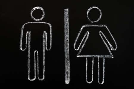 simbolo de la mujer: Hombres y mujeres símbolos dibujados sobre un fondo de pizarra