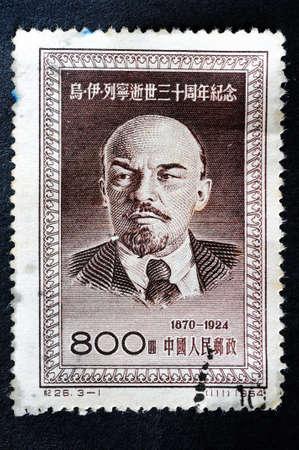 """CHINA - CIRCA 1954: Un sello impreso en China muestra un retrato de Vladimir Ilich Lenin, con la inscripción 1870 a 1924 de la serie """"Aniversario de la muerte de Lenin"""", alrededor del año 1954"""