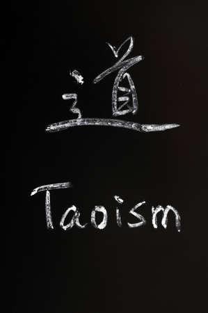 taoisme: Taoïsme geschreven in het Chinees en Engels op een schoolbord