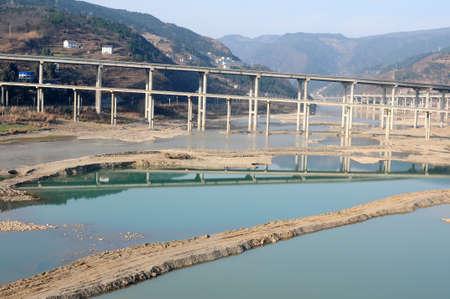 schlagbaum: Autobahnbrücke in einem Tal in der Provinz Sichuan, China