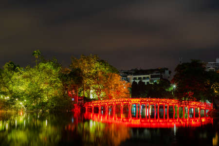 OLD QUARTER, HANOI/VIETNAM - JULY 28: Night view of The Huc bridge and Ngoc Son temple on 07 28 2018 in Lake of the Returned Sword, Lake of the Restored Sword, Hoan Kiem Lake. Landmark in city vietnam. vietnamese 報道画像