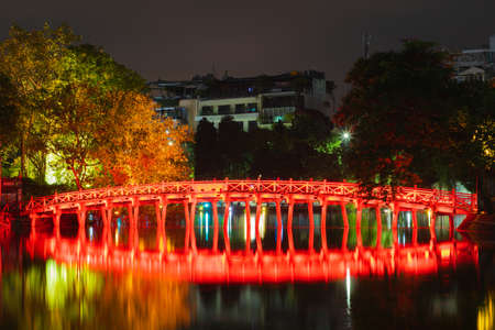 OLD QUARTER, HANOI/VIETNAM - JULY 28: Night view of The Huc bridge and Ngoc Son temple on 07 28 2018 in Lake of the Returned Sword, Lake of the Restored Sword, Hoan Kiem Lake. Landmark in city vietnam. vietnamese 新聞圖片