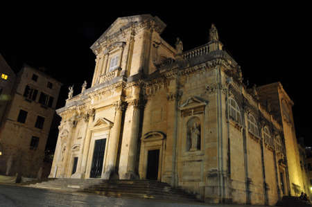 attraktion: Dubrovnik cathedral in croatia at night Stock Photo