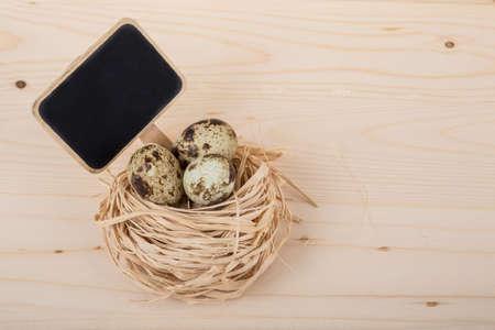 huevos de codorniz: huevos de codorniz con pizarra Foto de archivo