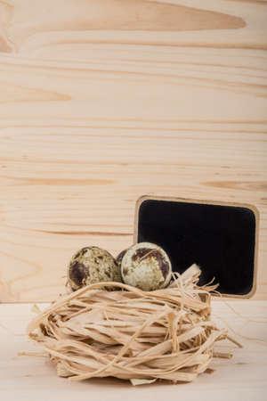 huevos codorniz: huevos de codorniz con pizarra Foto de archivo