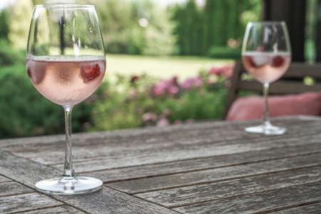 Weingläser auf dem Tisch im Garten Standard-Bild - 62344427