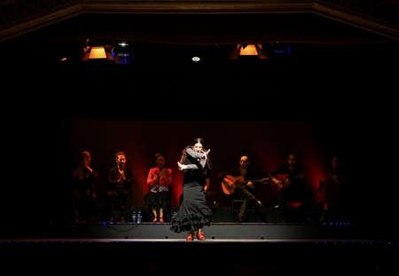Een vrouwelijke flamenco danser op het podium in Barcelona, Spanje.