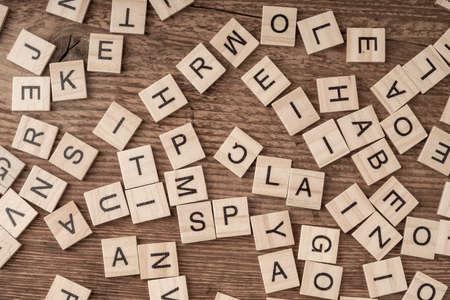 lettere cubiche su un tavolo di legno come sfondo