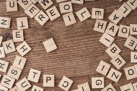 kubusletters op een houten tafel als achtergrond Stockfoto