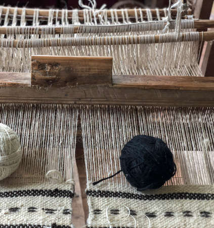 A black skein on a manual carpet loom Standard-Bild - 122222508