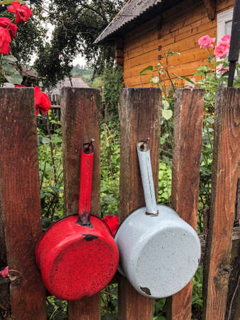 hanged saucepans on a wooden fence of a house in Romania Banque d'images - 122222776