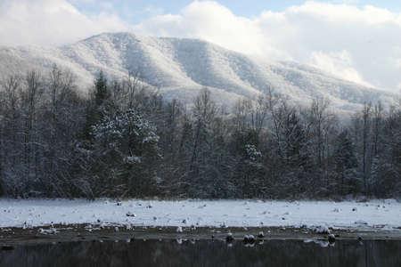 smokies: Mountians lago y en invierno con nieve. Tennessee Smokies. India l�mite del parque