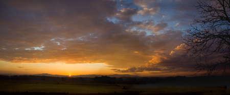 hi resolution: Hi resoluci�n panorama de la salida del sol y las nubes