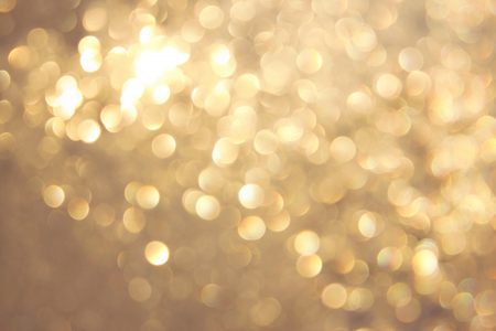 Goldenes, gelbes, lebendiges Bokeh im weichen Farbstil, unscharfer Hintergrund, Postkarte.