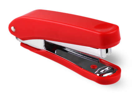 engrapadora: Grapadora roja aislada en un fondo blanco