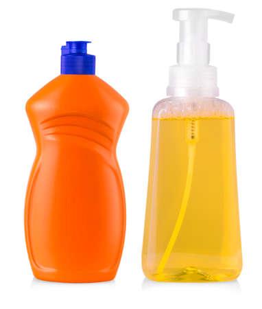 lavar platos: botellas plásticas de color naranja con detergente líquido, agente de limpieza, blanqueador o suavizante de telas aislado sobre fondo blanco Foto de archivo