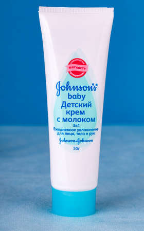 Kamchatka, Russia - 12 May 2018: Bottle of Johnson & Johnson Baby Lotion. Johnson & Johnson is an American company founded in 1866 新聞圖片